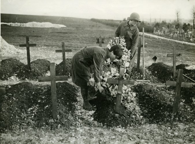 Photograph of WAAC members placing wreaths on war graves, c.1917