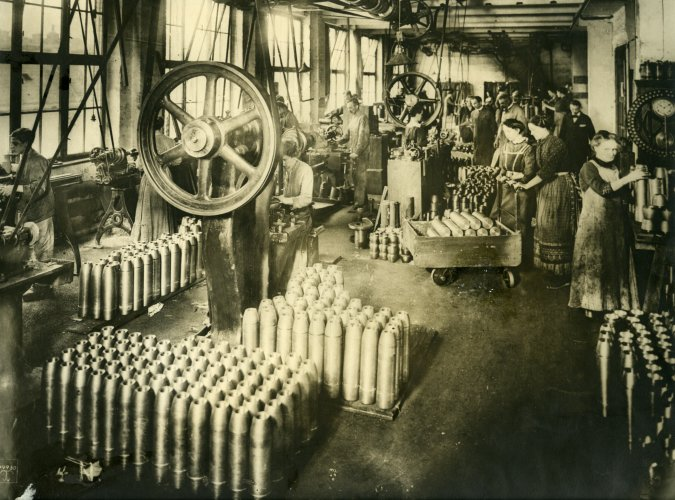 Photograph of German munition factory workers, 1917